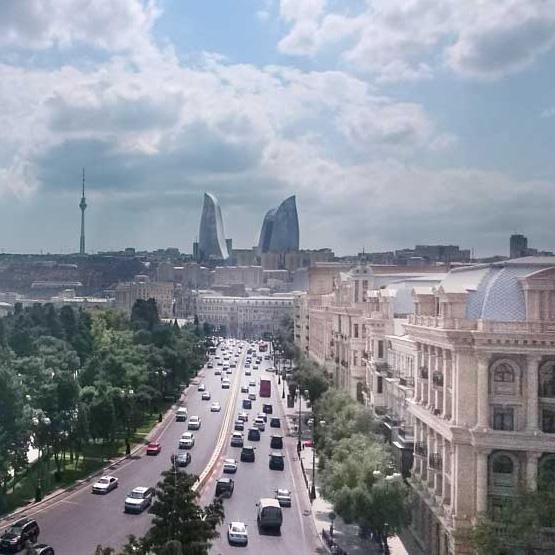 Месяц в Баку